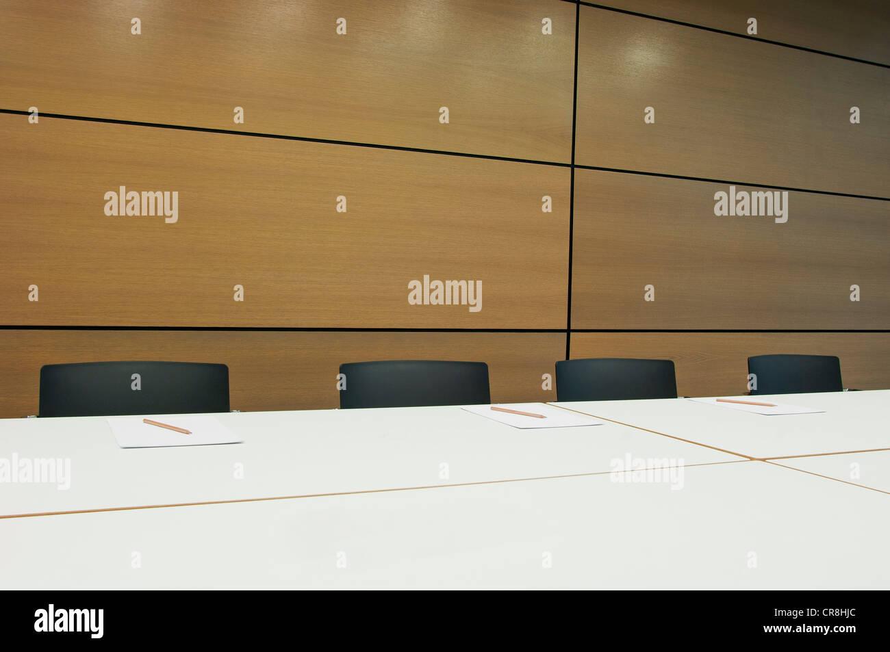 Konferenztisch in leeren Bürogebäude Stockbild