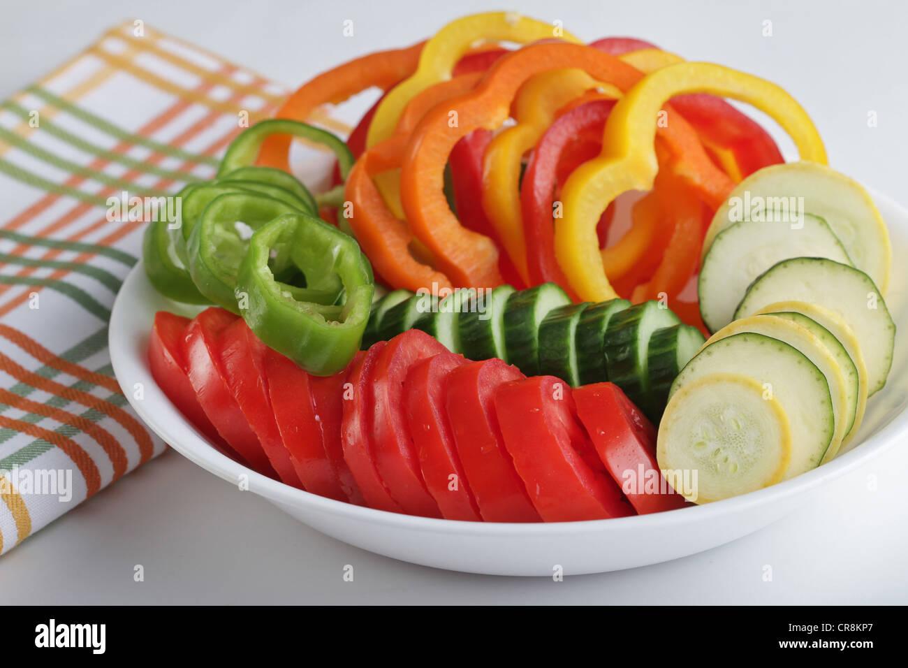 eine schale mit frischen geschnittenen gem se einschlie lich tomaten salat paprika gurken. Black Bedroom Furniture Sets. Home Design Ideas