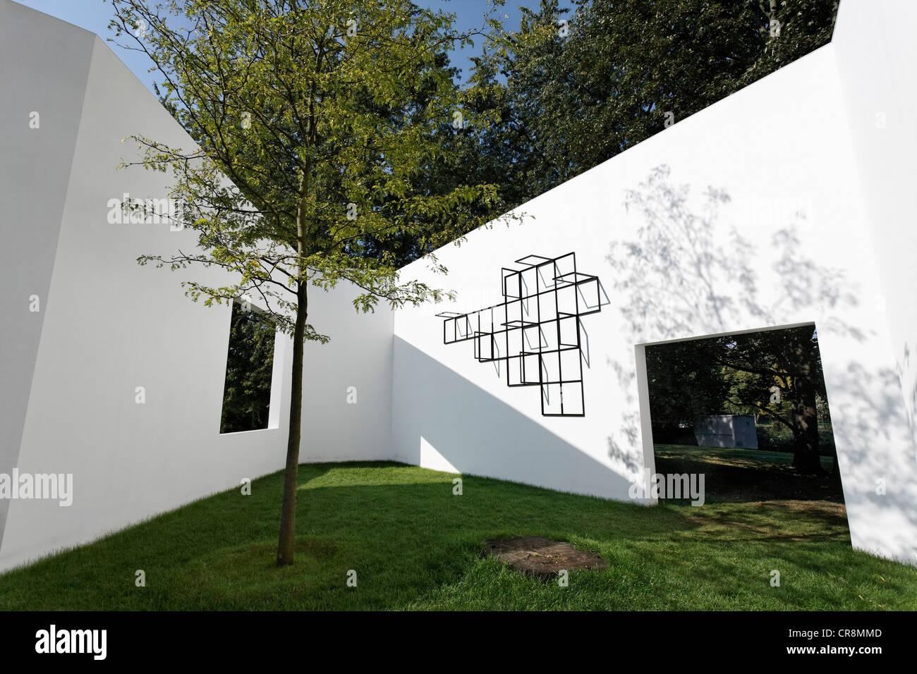 """""""Garten-Galerie von Sou Fujimoto, weiße Wände mit Fenstern in der offenen, Skulpturenpark Koeln Skulpturenpark Stockbild"""