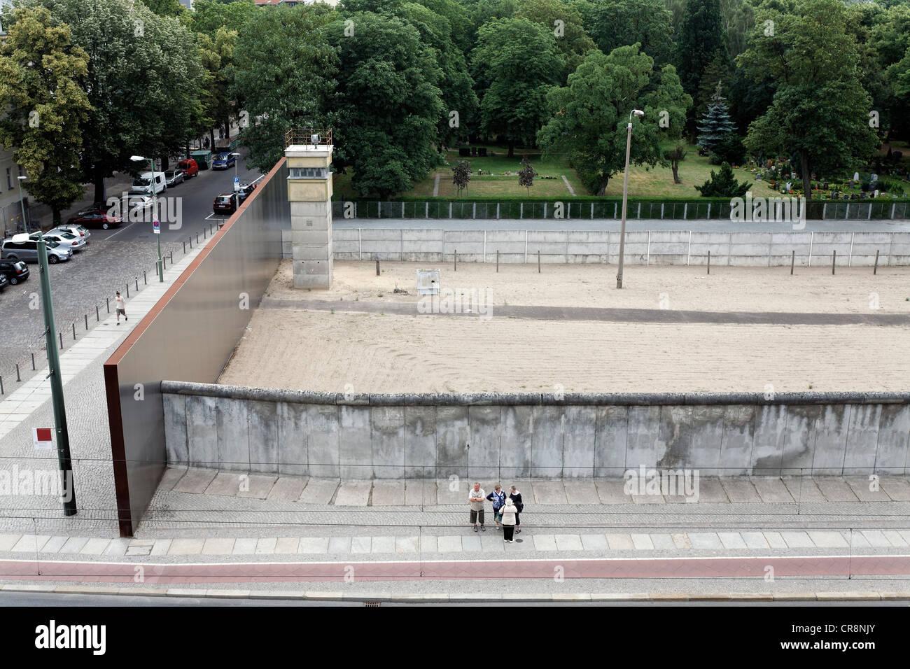 Quartal Todesstreifen Mit Ehemaligen Wachturm Gedenkstatte Berliner Mauer Bernauer Strasse Mitte Berlin Deutschland Europa Stockfotografie Alamy