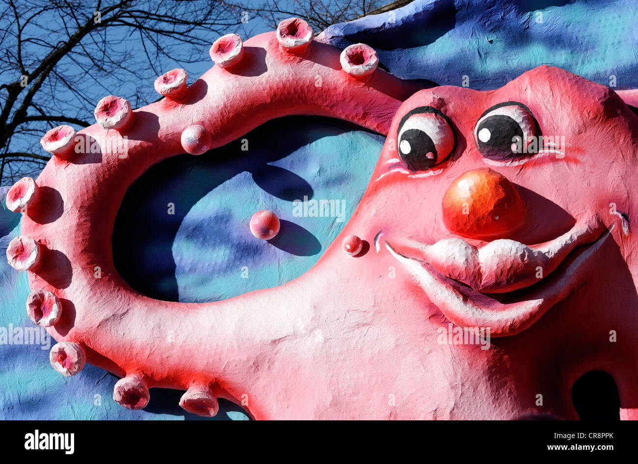 Lustige Kraken mit menschlichem Antlitz, winkt mit seiner Tentakel, Cartoon-Stil Pappmaché Figur, Parade Float Stockbild