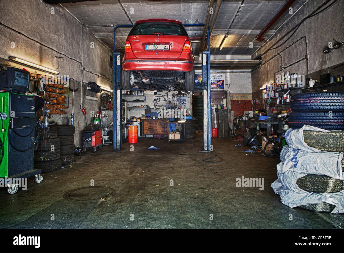 auto auf einer hebeb hne in einer garage stockfoto bild. Black Bedroom Furniture Sets. Home Design Ideas