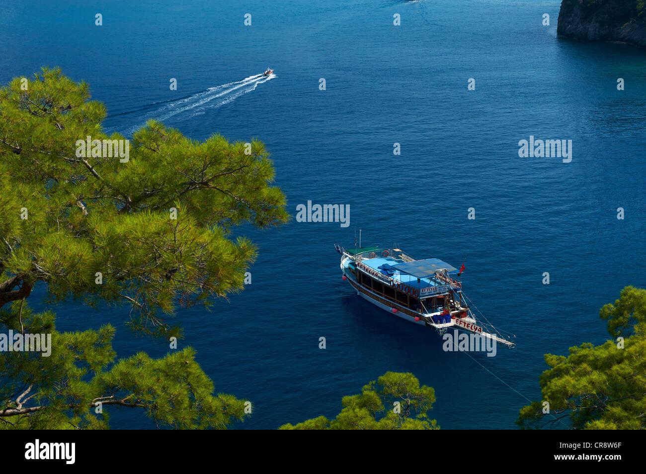 Ausflugsschiffe, Blaue Reise Boot in Oeluedeniz in der Nähe von Fethiye, Türkische Ägäis, Türkei Stockbild