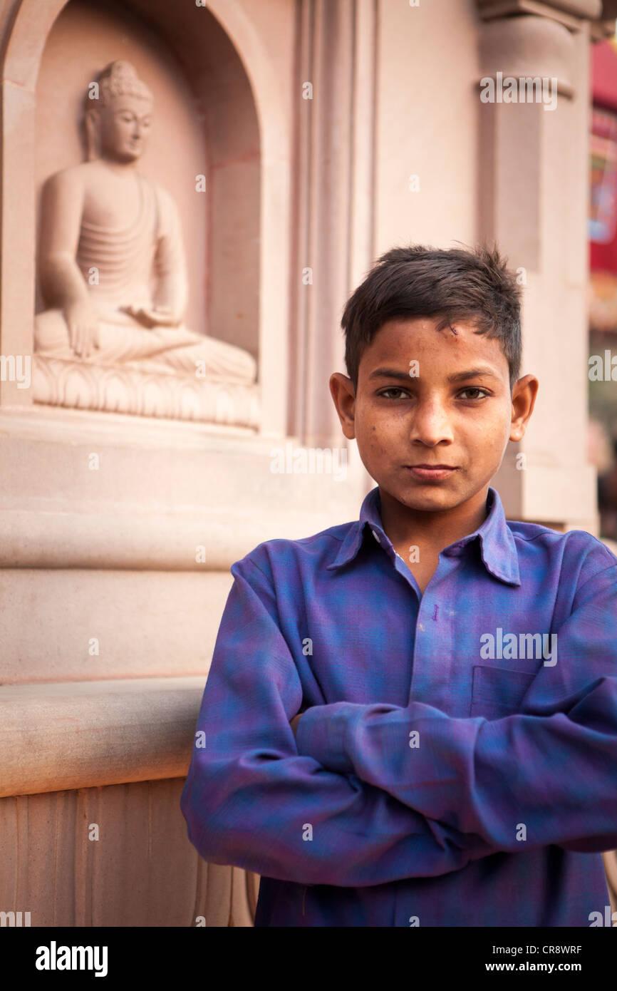 Kleiner Junge Stand auf Mahabodhi Tempel Tor, Bodh Gaya, Bihar, Indien Stockbild
