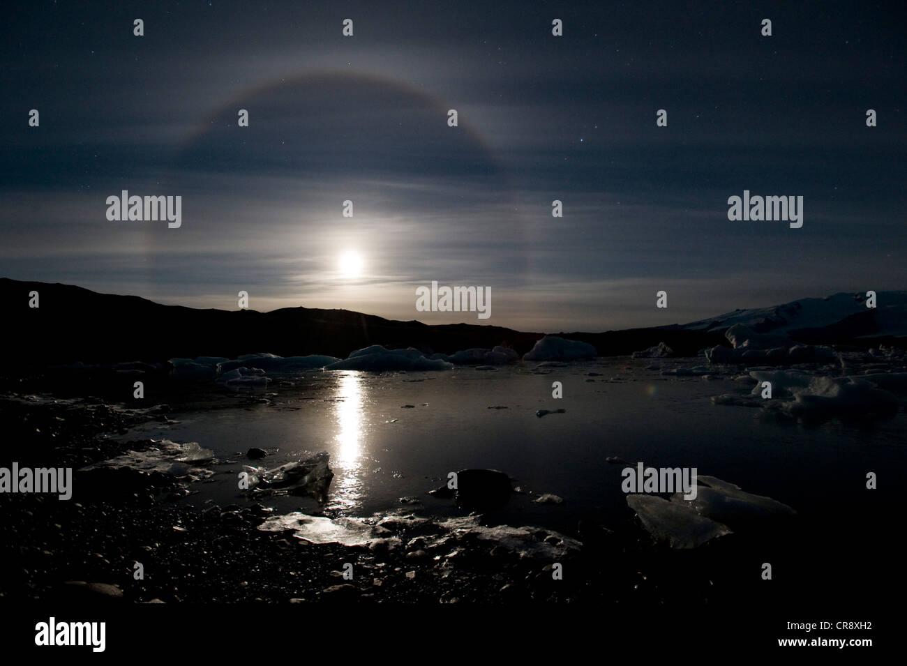 Der Mond mit einem 22 °-Halo, Halo-Phänomen, über das Joekulsarlon Gletscher Lagune, southern Island, Stockbild