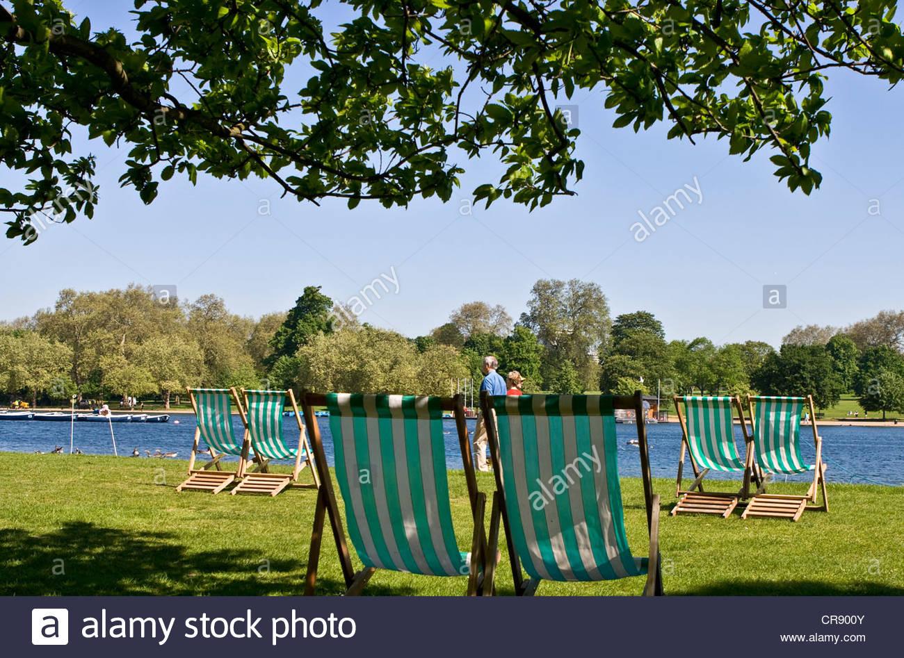 Traditionelle britische gestreifte Liegestühle durch die Kensington ...