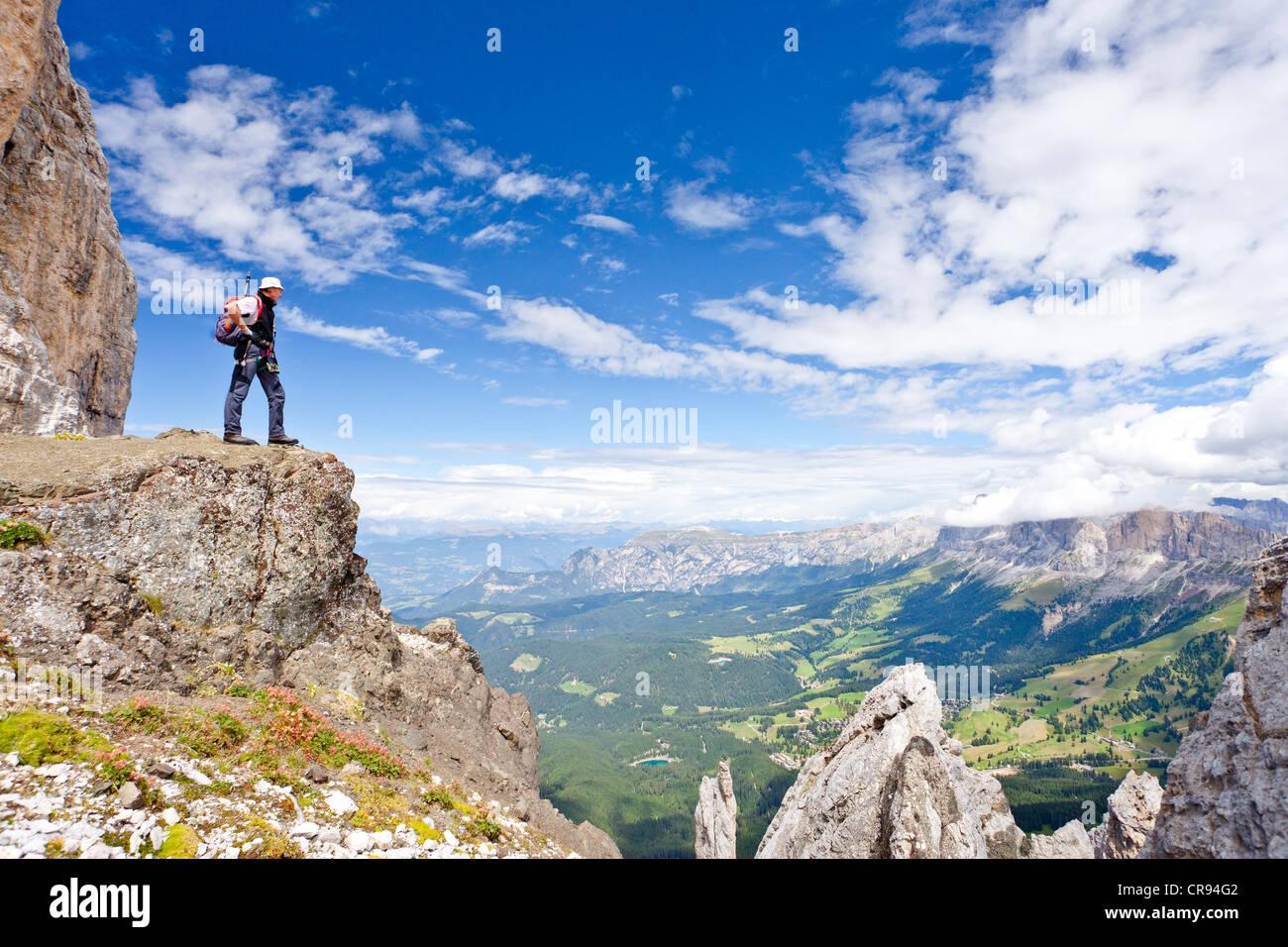 Klettersteig Rosengarten : Bergsteiger während der latemar überqueren klettersteig