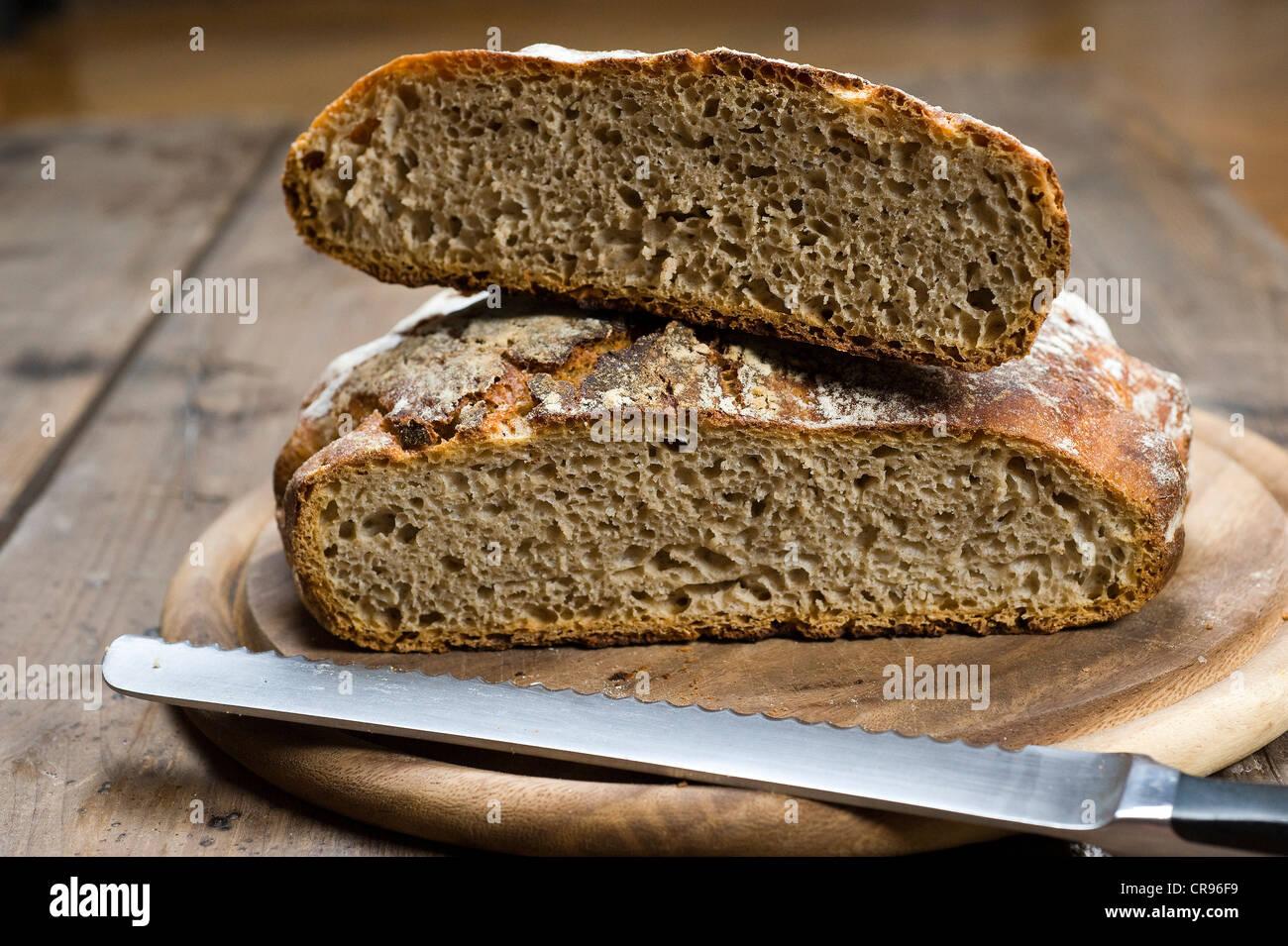 Sauerteigbrot schneiden, der Teig braucht nicht geknetet werden, kneten Brot Stockbild