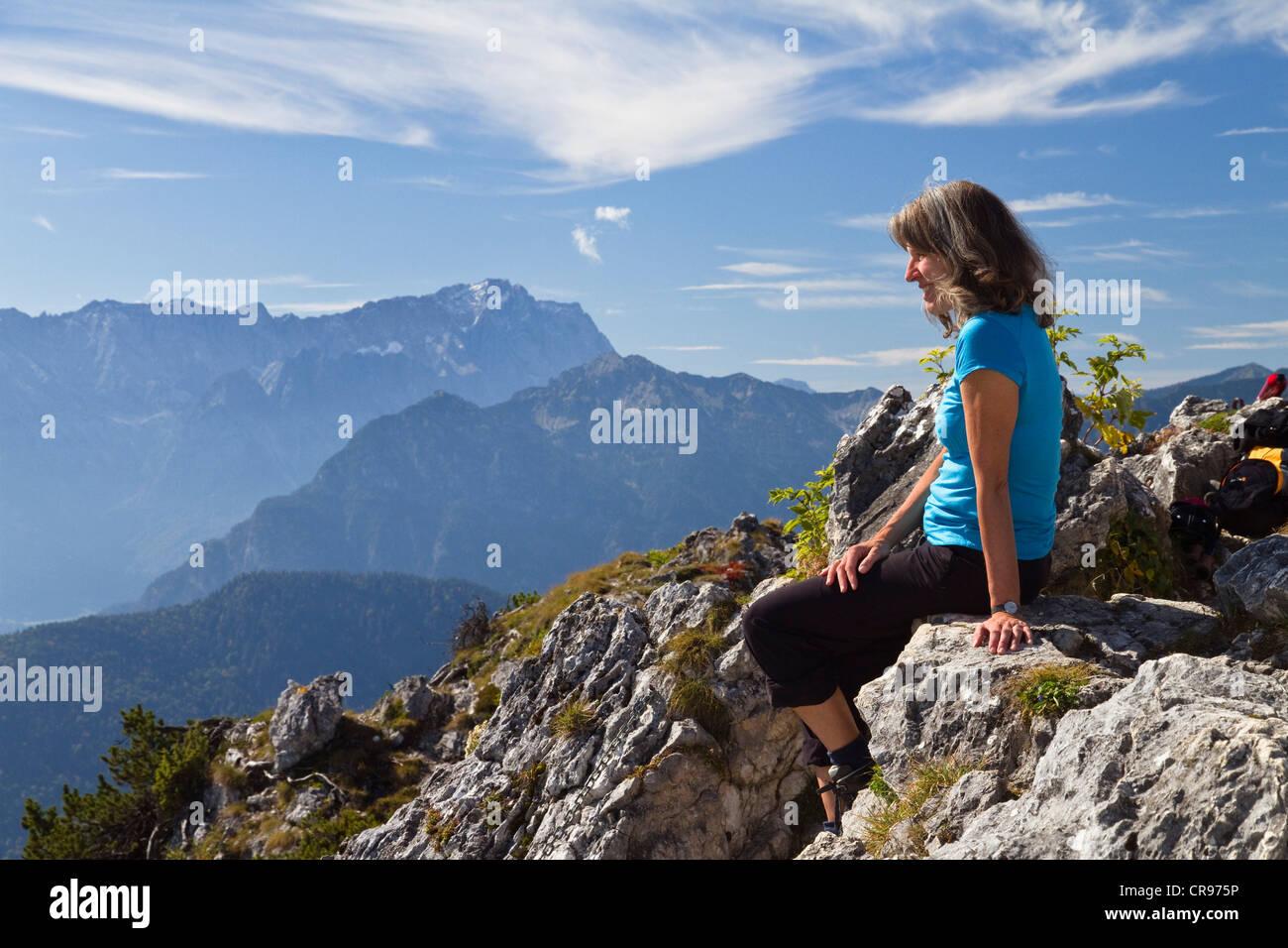Klettersteig Am Ettaler Mandl : Frau am ettaler manndl berg ein sub gipfel laberberg in