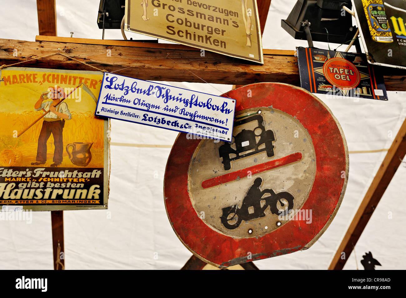Alte Werbung und Traffic signs, Auer Dult Markt, München, Bayern, Deutschland, Europa Stockbild