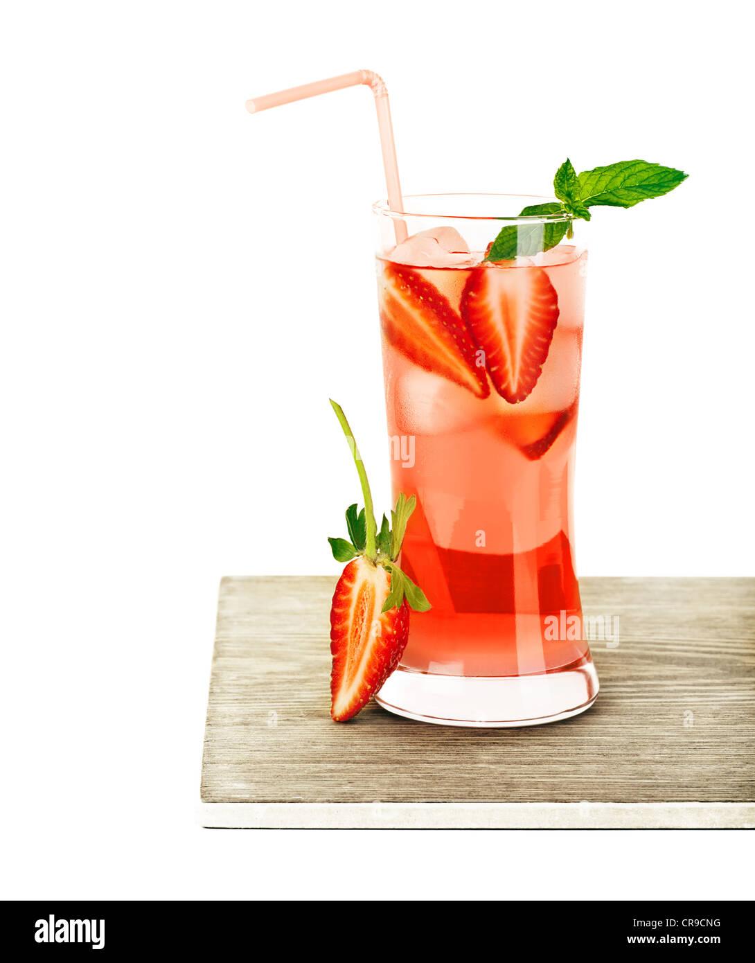 Roten fruchtigen Erdbeer cocktail mit Minze, kaltes Getränk isoliert auf weißem Hintergrund, erfrischende Stockbild
