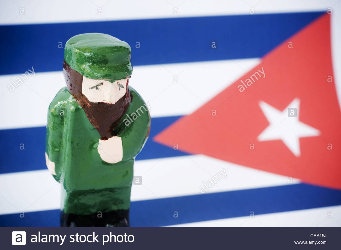 Eine bemaltem Ton-Figur von Fidel Castro auf eine kubanische Flagge Stockbild