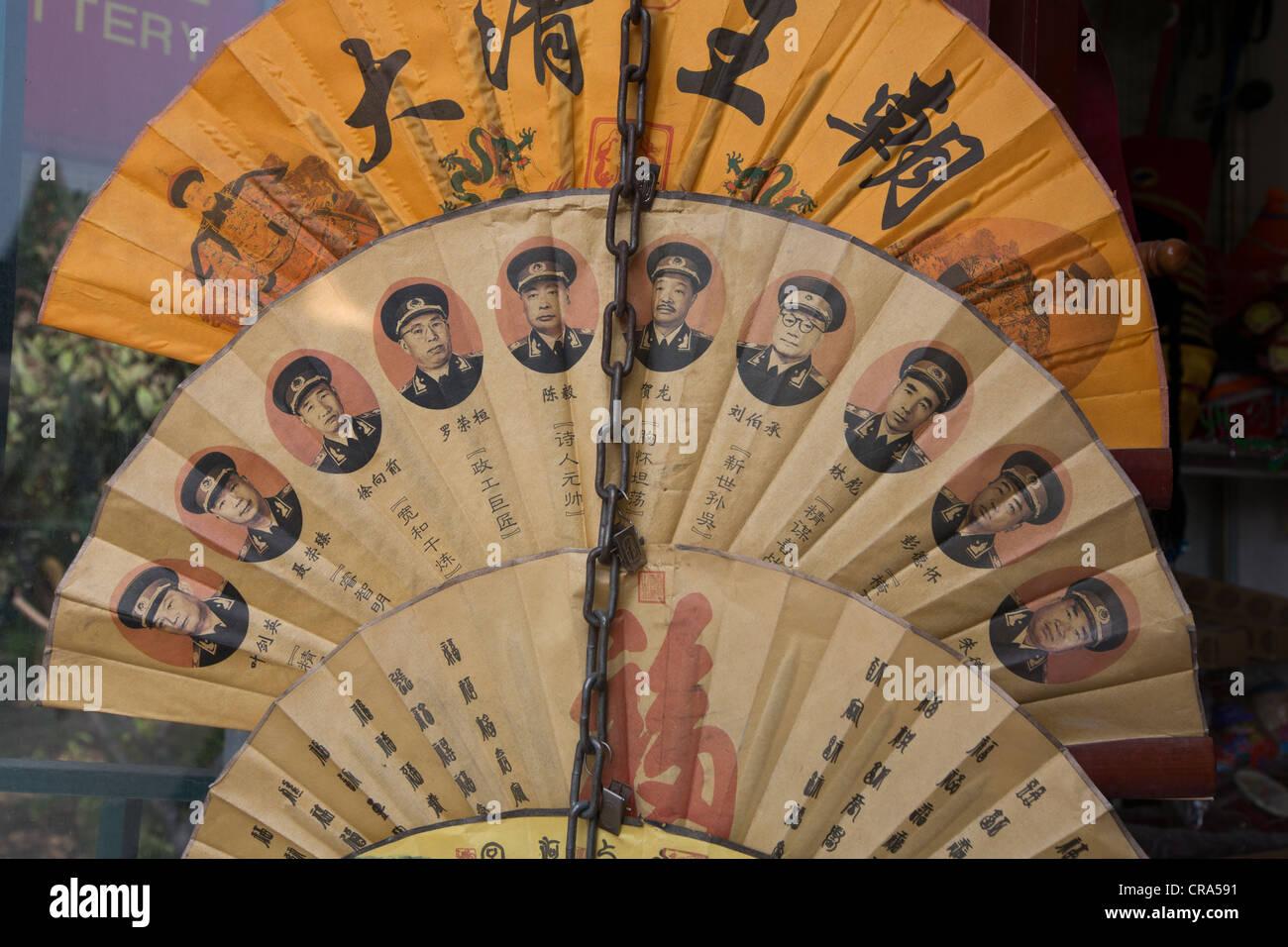 Lüfter mit militärischen Porträts, in Peking, China. Stockbild