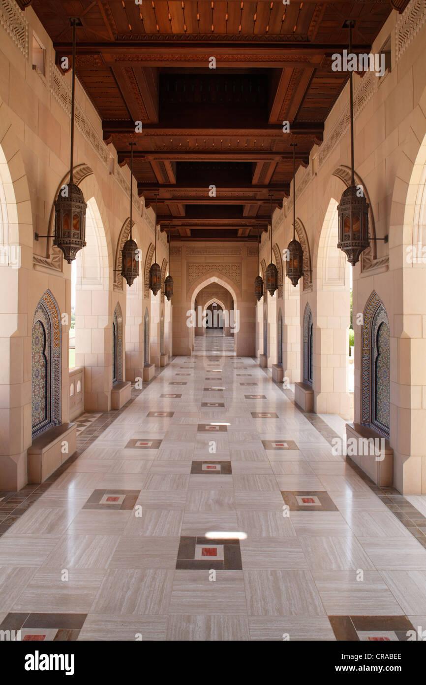 Colonade, hölzerne Decke, arch, Sultan Qaboos Moschee, Hauptstadt Muscat, Sultanat von Oman, Golfstaaten, Arabische Stockbild