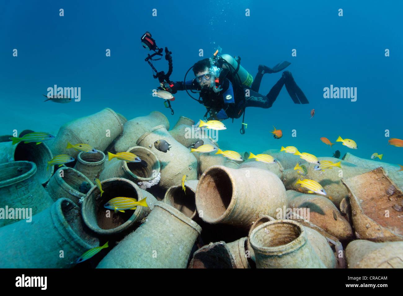 Taucher Mit Unterwasser Kamera Betrachten Amphoren Und Fische