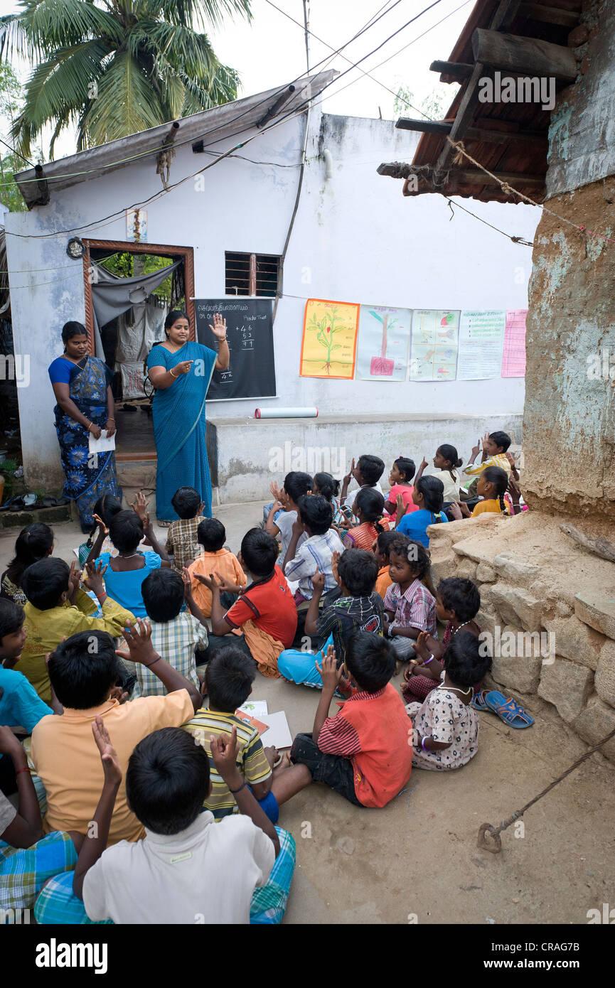 LehrerInnen und Schülerinnen, Abend, Schule, Sevandhipalayam in der Nähe von Karur, Tamil Nadu, Südindien, Stockbild