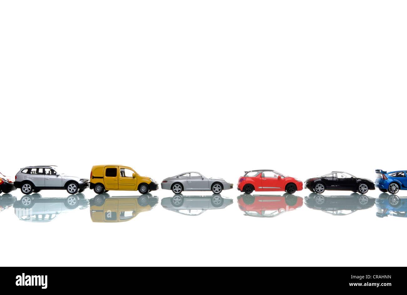 Miniatur-Autos in einer Reihe Stockbild