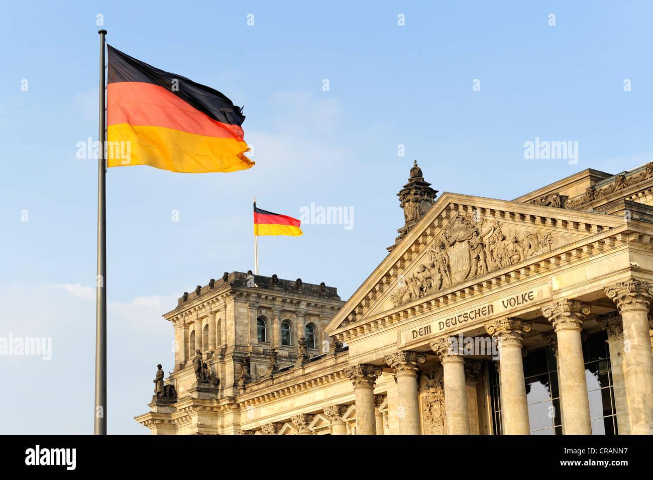 Detailansicht, Reichstagsgebäude mit deutschen Nationalflaggen, Sitz des deutschen Parlaments, Bundestag Stockbild