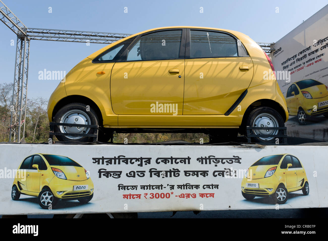 Der Tata Nano, das zukünftige Auto während einer Promotion-Tour, in der Nähe von Kalkutta, Westbengalen, Stockbild