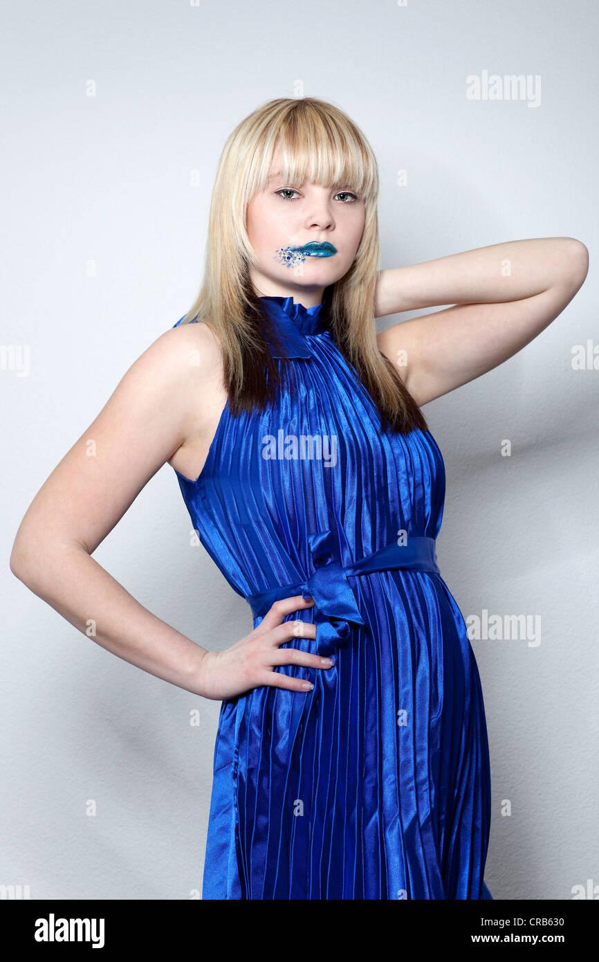 Junge Blonde Frau Tragt Ein Blaues Kleid Und Blauen Lippenstift Stockfotografie Alamy