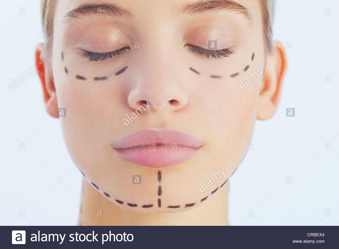 Porträt der Frau mit Linien im Gesicht Stockbild