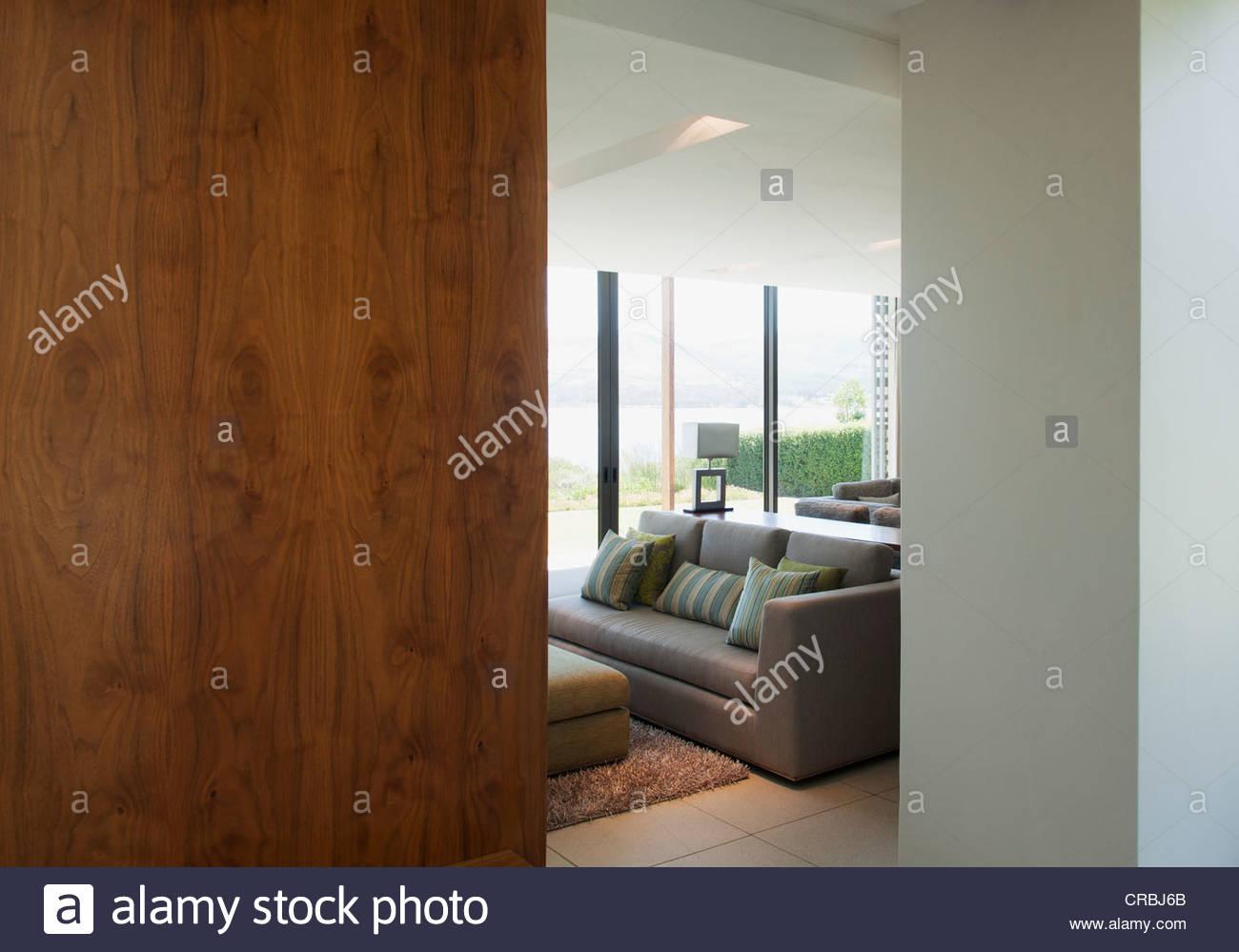 Wohnzimmer Tür, blick auf wohnzimmer durch tür stockfoto, bild: 48813587 - alamy, Design ideen
