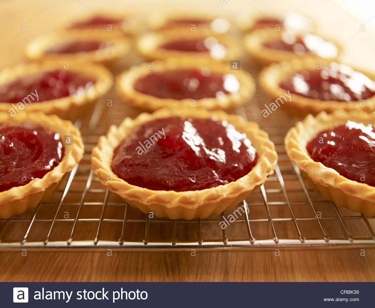 Nahaufnahme von Marmelade Kuchen auf Kuchengitter abkühlen Stockbild