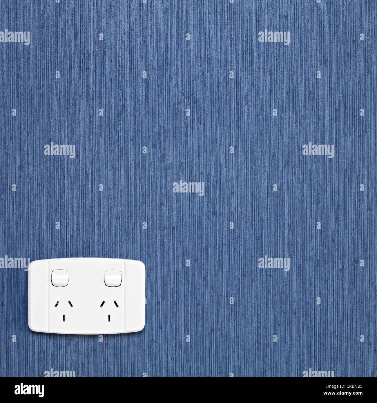 Zwei Bande schaltet elektrische Power-Point, Australien/Neuseeland-Muster, Wand mit blauen strukturierte Tapeten. Stockbild