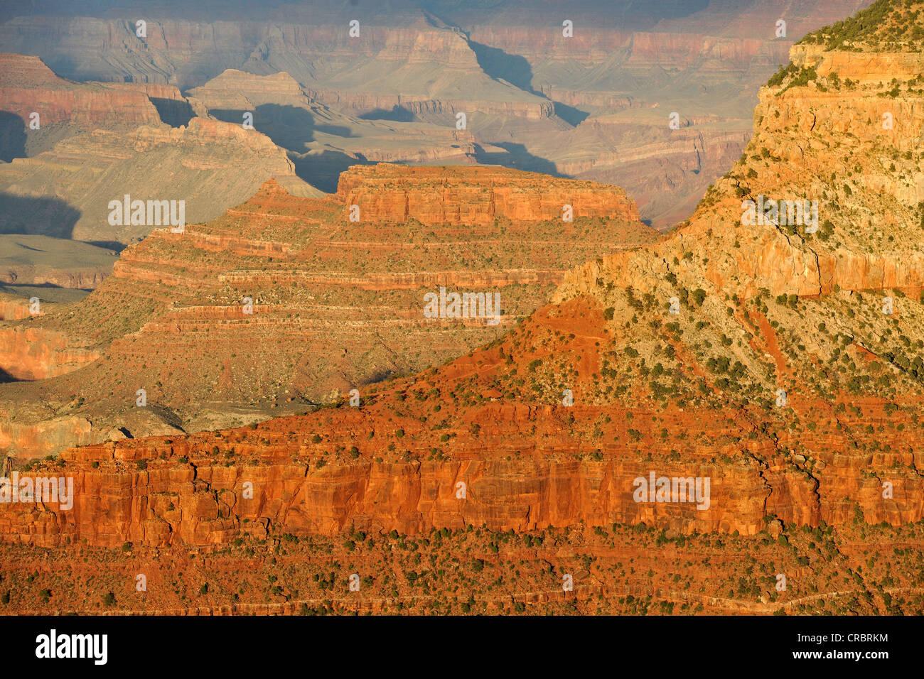 Bei Sonnenuntergang von Yavapai Point Lookout in Richtung Pattie Butte, Bright Angel Canyon, Abendlicht, Grand Canyon Stockbild