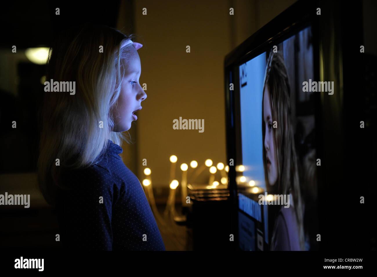 Katze Vor Dem Fernseher Bild: Kleines Mädchen, 6 Stehen Staunend Vor Dem Fernseher