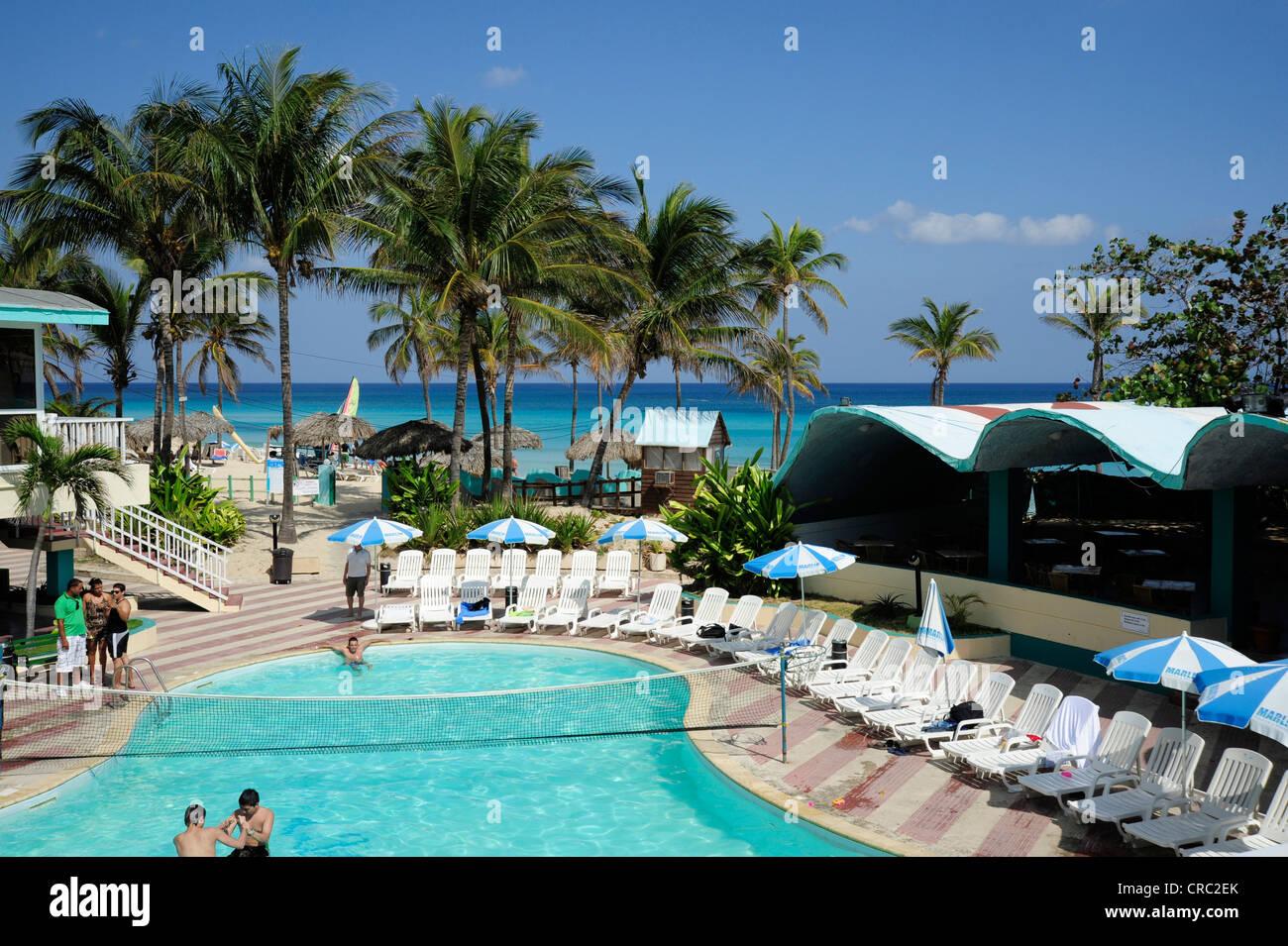 Hotel Atlantico, Schwimmbad und Strand mit Palmen, Santa Maria del Mar, Playas del Este, Havanna, Habana, Cuba Stockbild