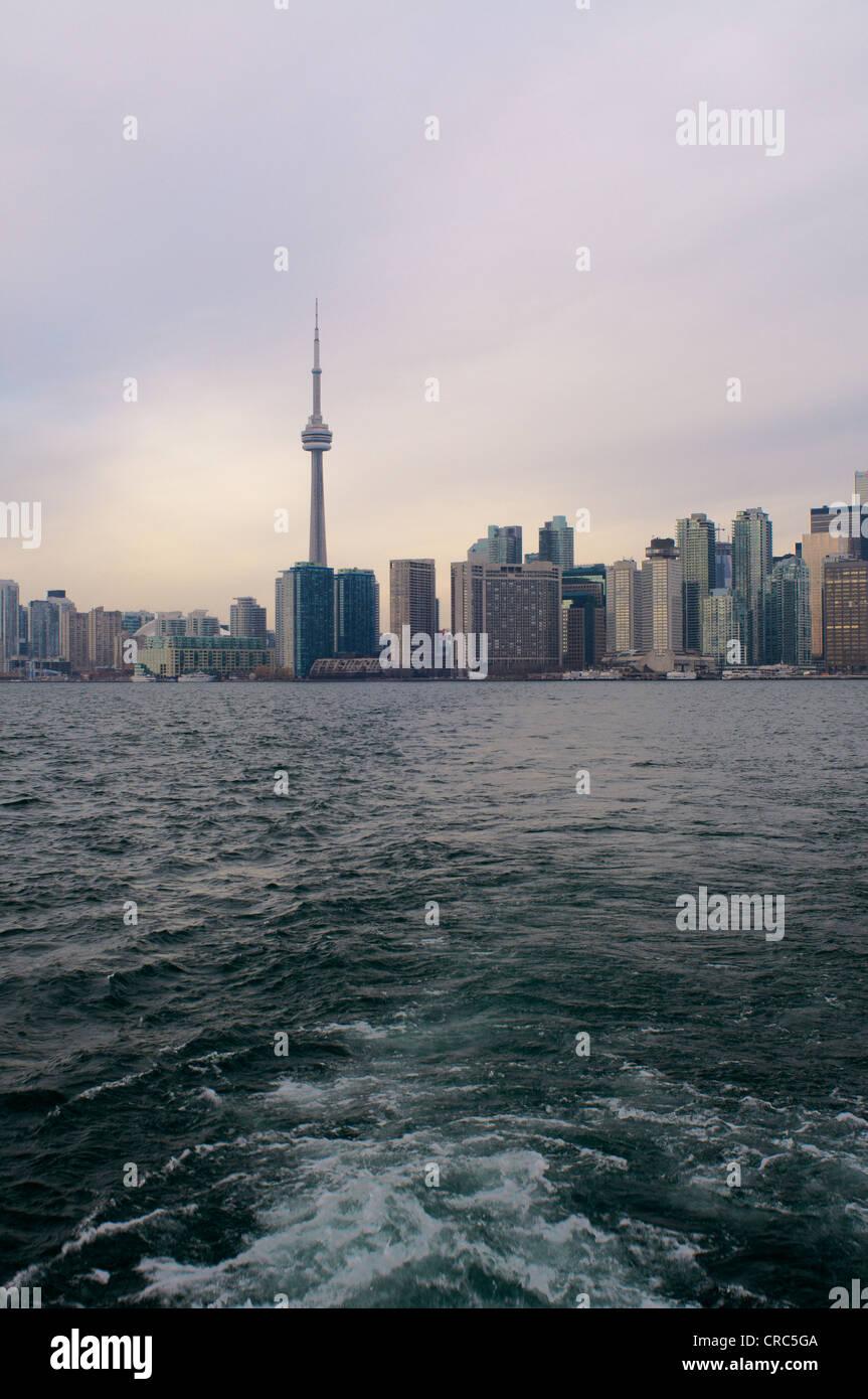 Toronto Skyline der Stadt auf dem Wasser Stockbild