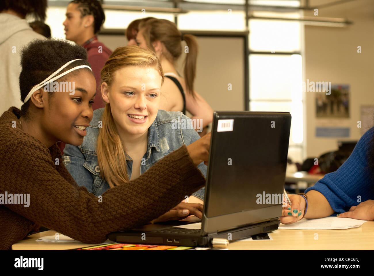 Studenten arbeiten zusammen in Bibliothek Stockbild