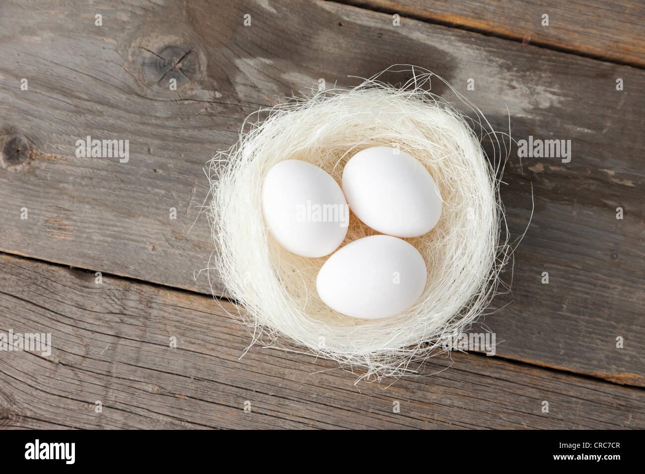 Eiern im Nest auf hölzernen Theke Stockbild