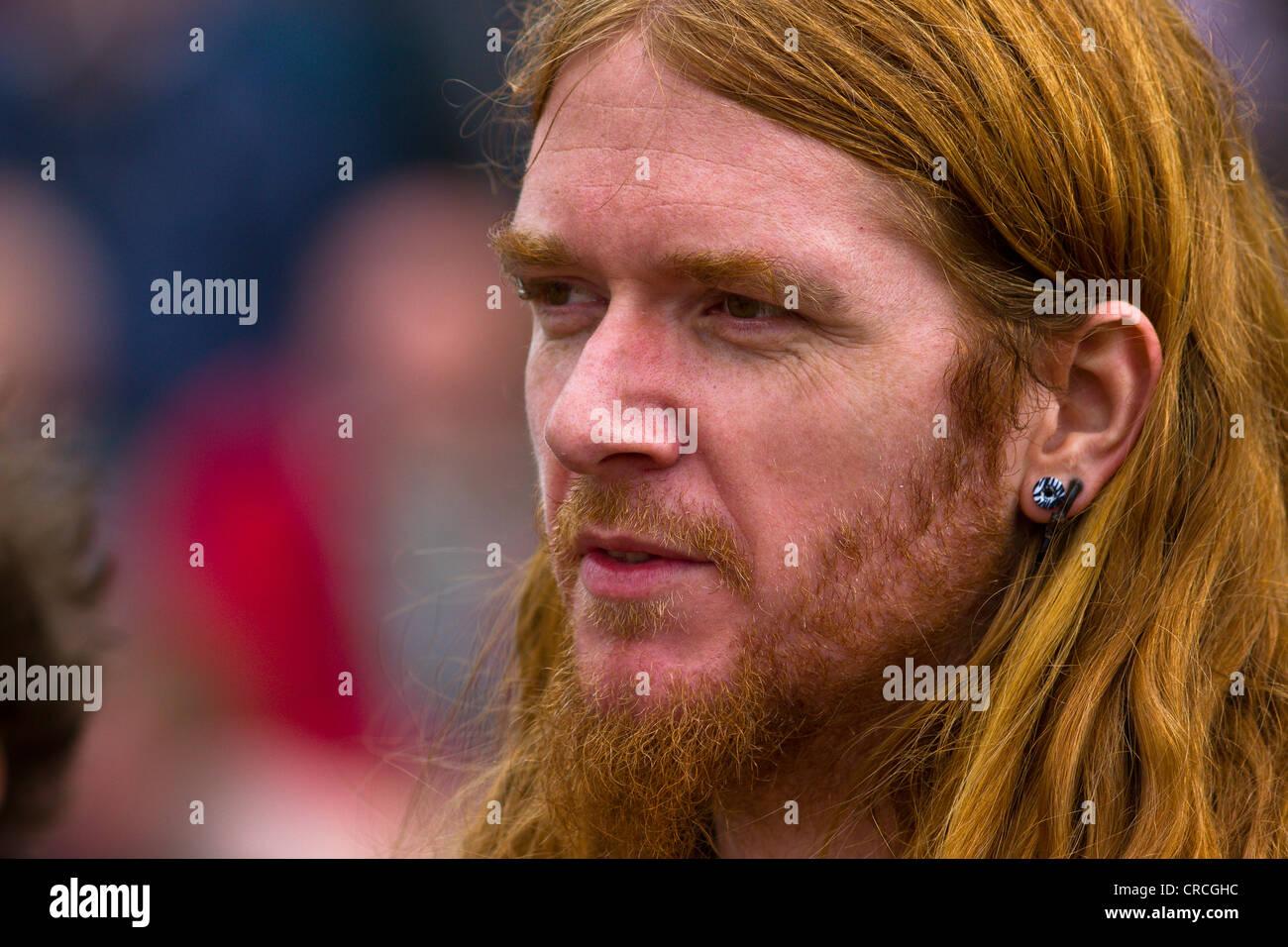 Junge Ingwer Männer Mit Langen Haaren Bart Und Ohr Ring Stockfoto