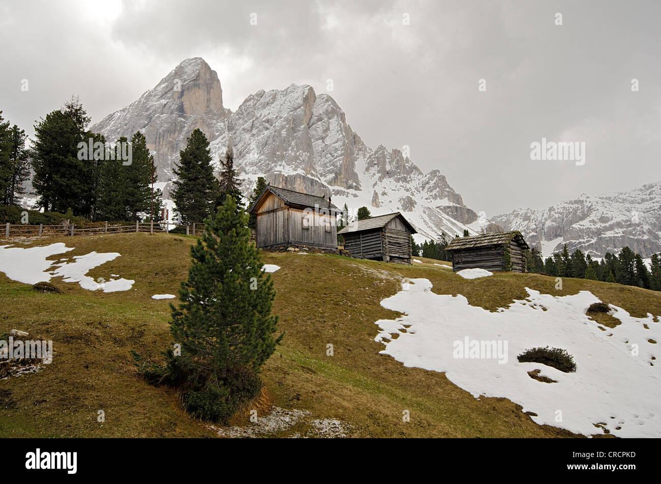 Almhütten am Passo Delle Erbe Mountain pass, Peitlerkofel Berg hinter, Dolomiten, Südtirol, Italien, Europa Stockbild
