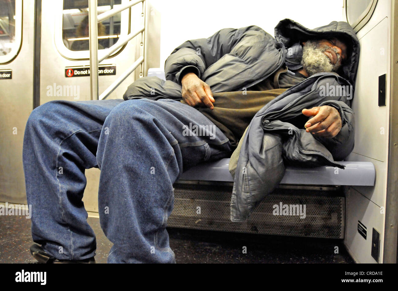 Obdachlose schlafen in der U-Bahn, USA, New York City, Manhattan Stockbild
