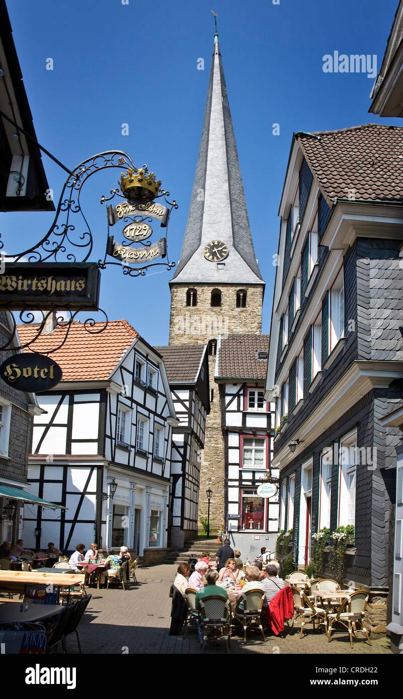 Altstadt mit dem schrägen Turm der Kirche St. George, Deutschland, Nordrhein-Westfalen, Ruhrgebiet, Hattingen Stockbild