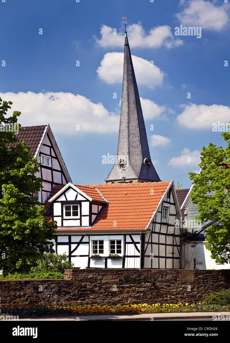 Altstadt mit Stadtmauer und schrägen Turm der Kirche St. George, Deutschland, Nordrhein-Westfalen, Ruhrgebiet, Stockbild