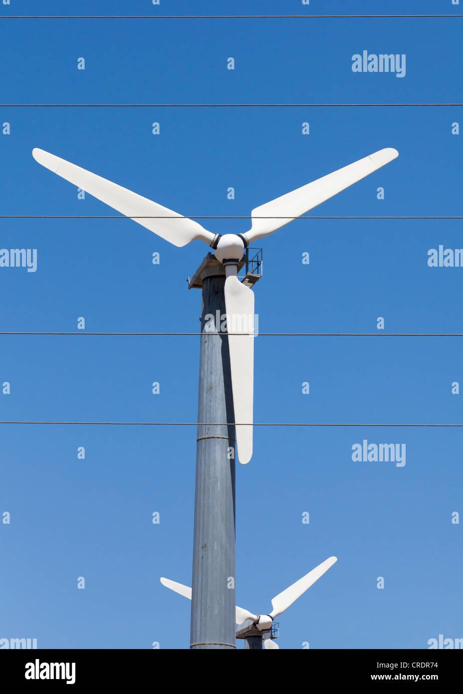 Windturbine und elektrischen Leitungen Stockbild