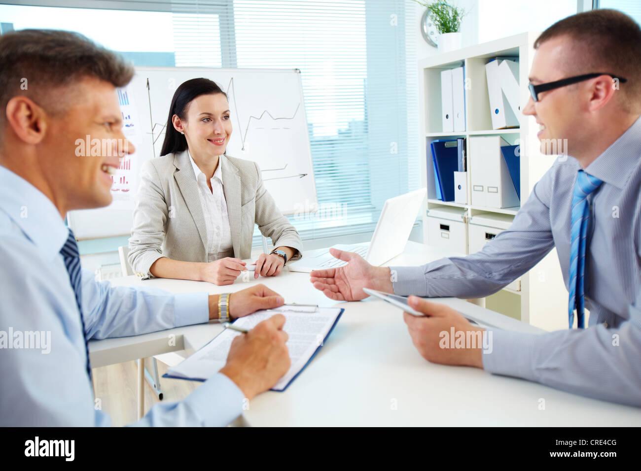 Positive und erfolgreiche Teamarbeit harmonisch im Büro Stockbild