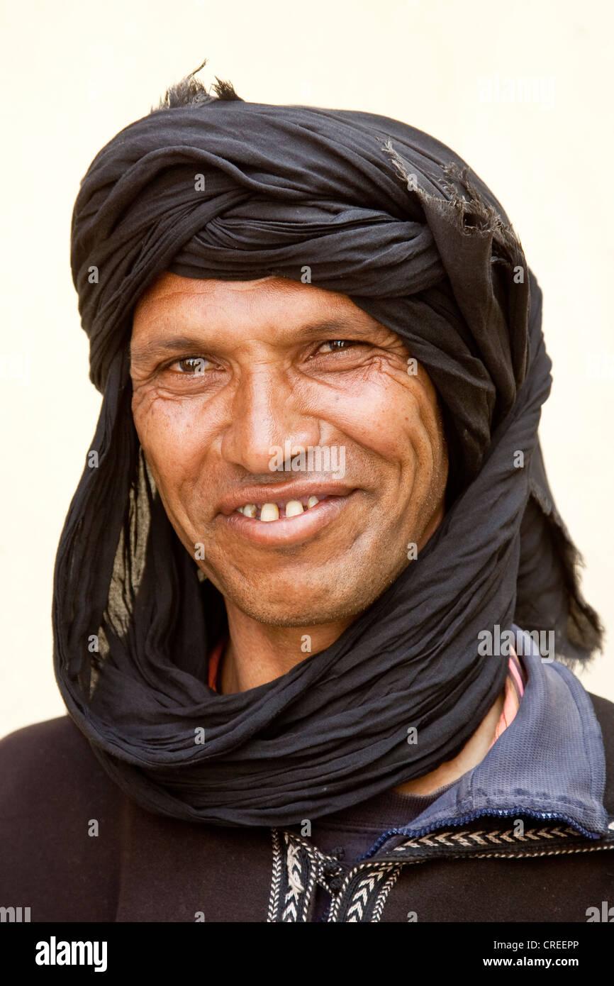 Berber tragen ein Djellaba, ein traditionelles Gewand, in der Nähe von Asni, Marokko, Afrika Stockbild