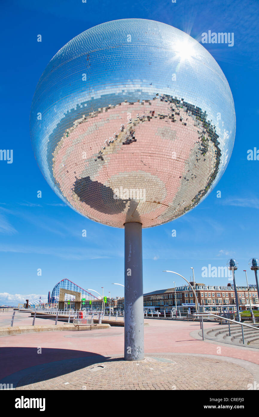 Weltweit größte Spiegel Kugel Statue Skulptur auf Blackpool Promenade direkt am Meer South Shore Lancashire Stockbild