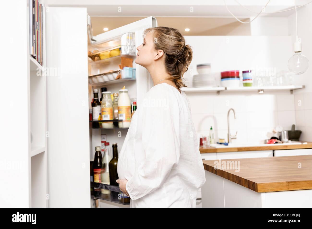 Schwangere Frau Suche Kühlschrank für Lebensmittel Stockfoto, Bild ...
