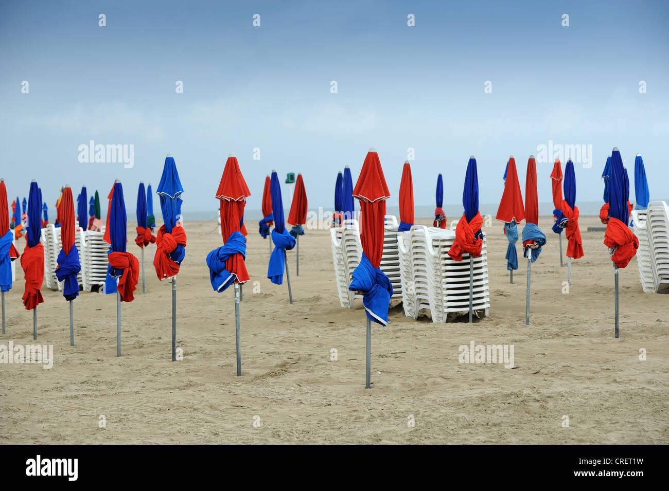 Aufgerollt Sonnenschirme am leeren Strand von Deauville Normandie Frankreich Stockbild