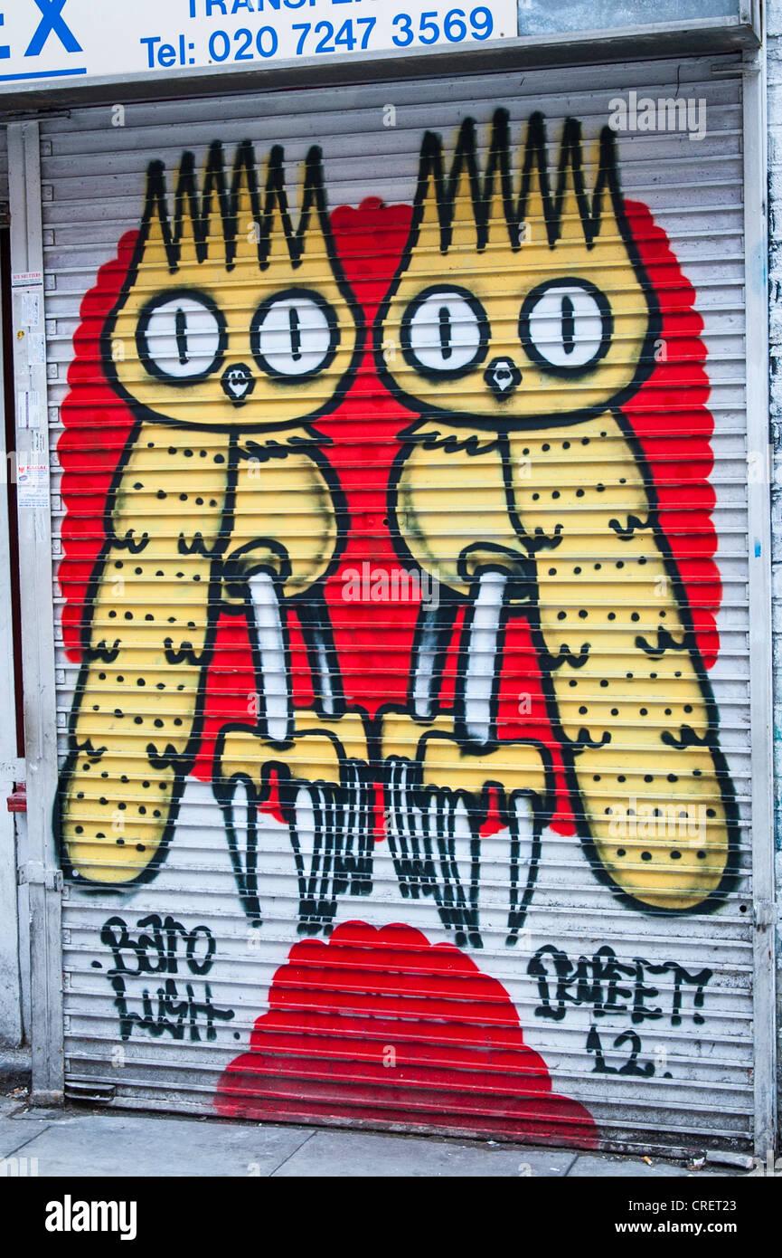 London East End Brick Lane Graffiti Streetart Wandbild gelbe Eule wie Vögel Shop blind Baro saftig australische Stockbild
