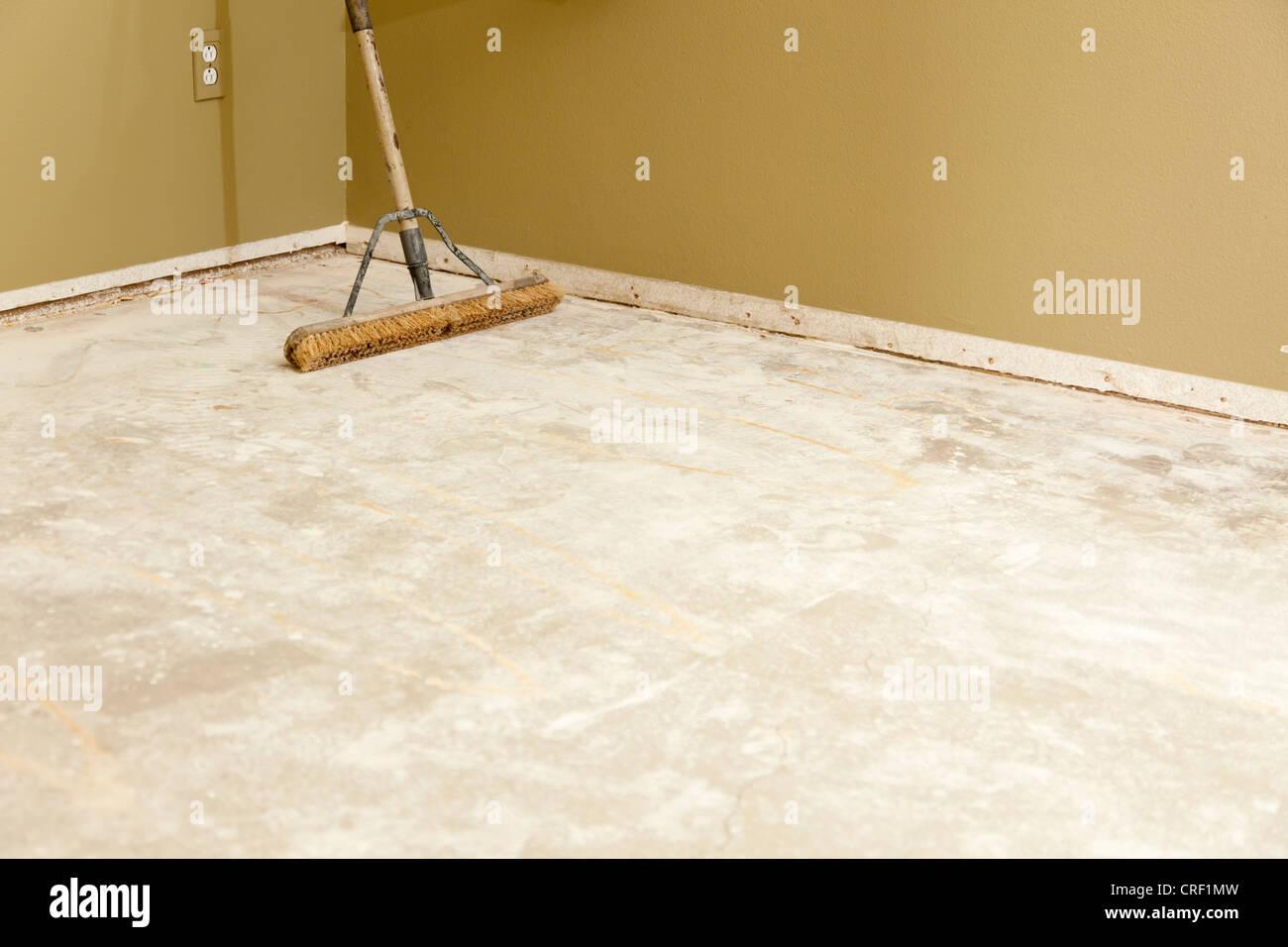 Fußboden Erneuern Beton ~ Leeres haus aus beton boden mit besen ready for flooring