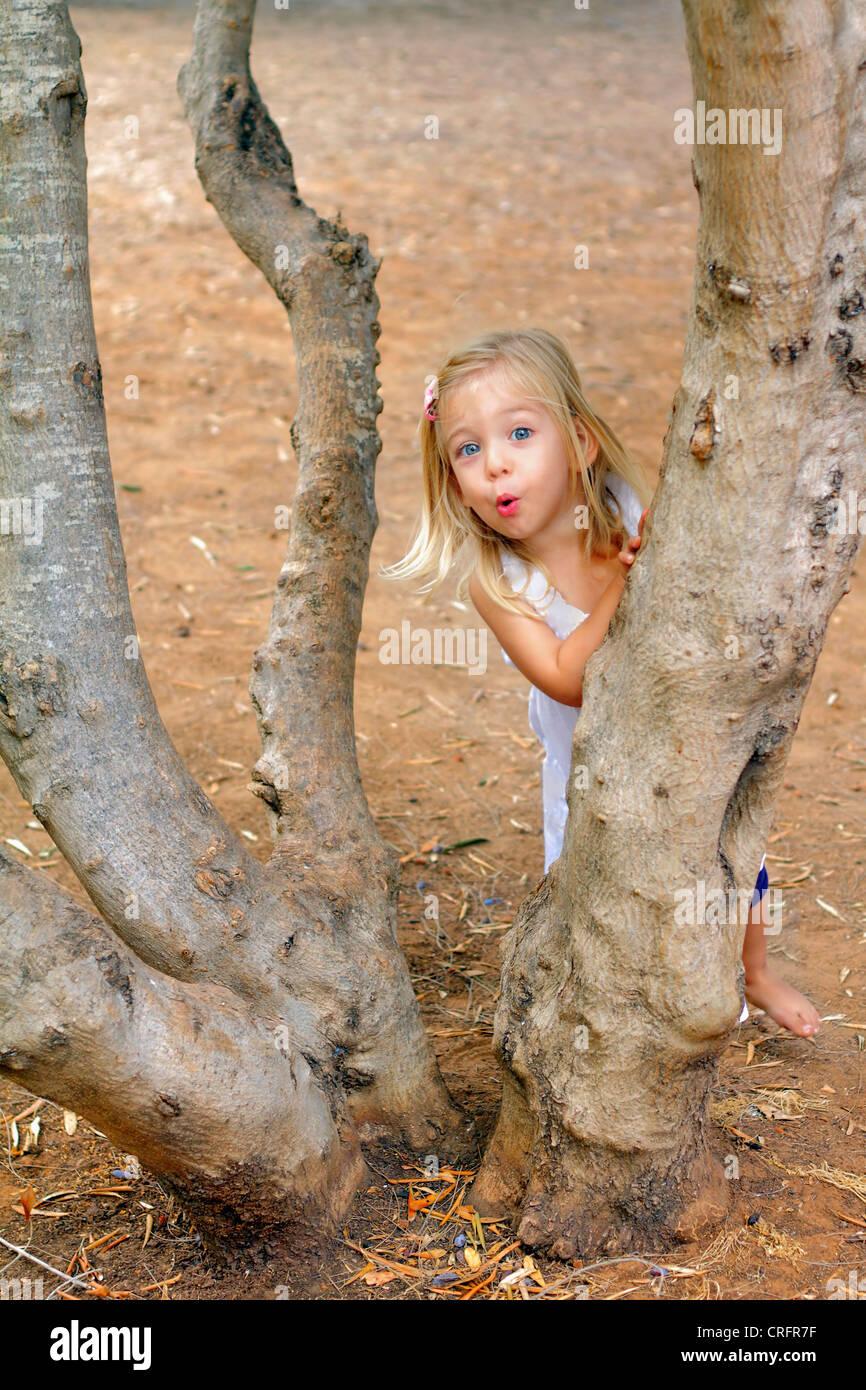 Mädchen spielen im Baum im park Stockbild