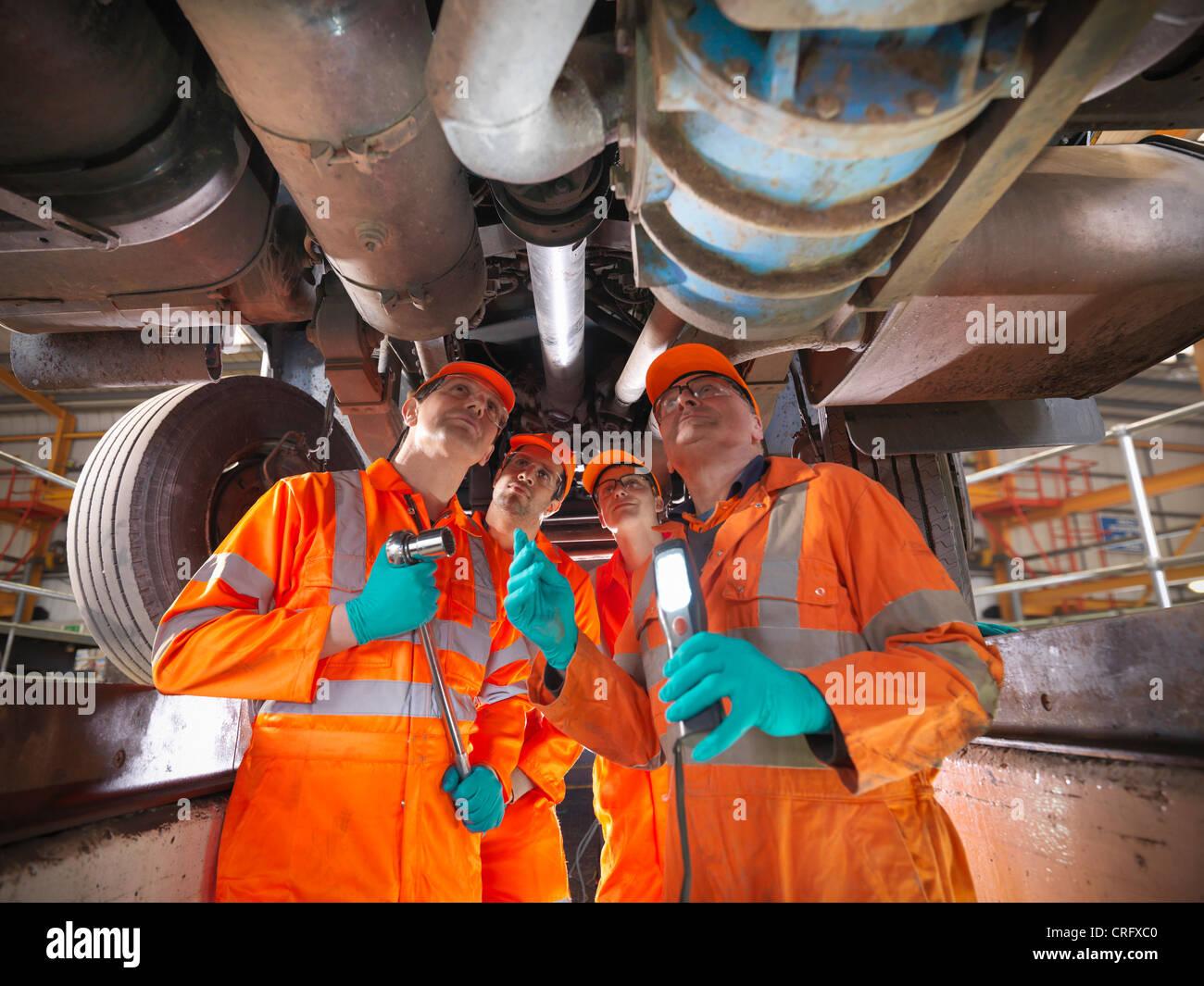 Ingenieur Lehre Lehrlinge in Fabrik Stockbild