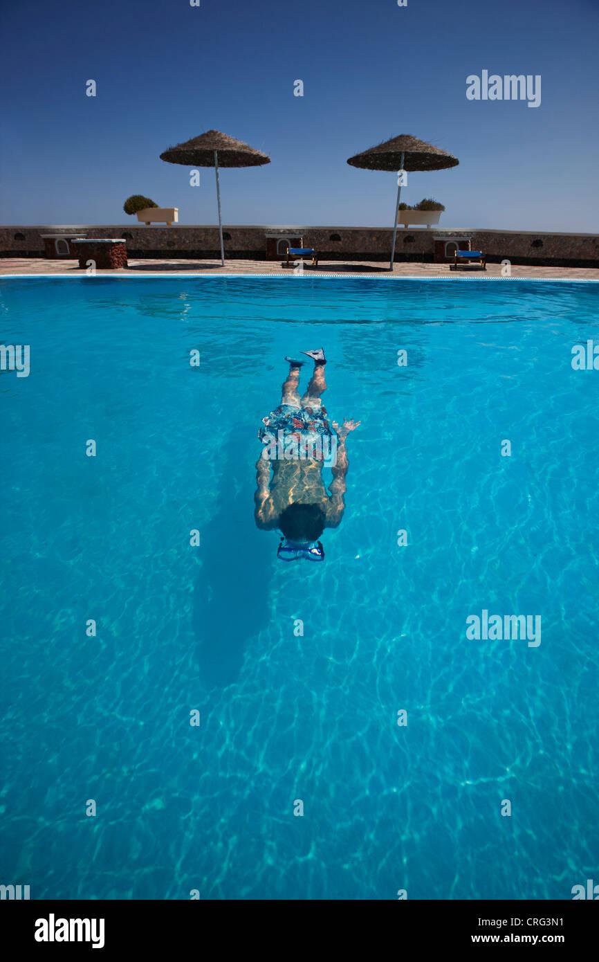 Teenager im pool Stockbild